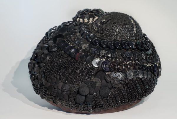 Marianne Cresson, sculpture textile boutons, détournement des techniques de la tapisserie appliquées à la sculpture contemporaine, une sélection de la galerie d'art Virginie Baro