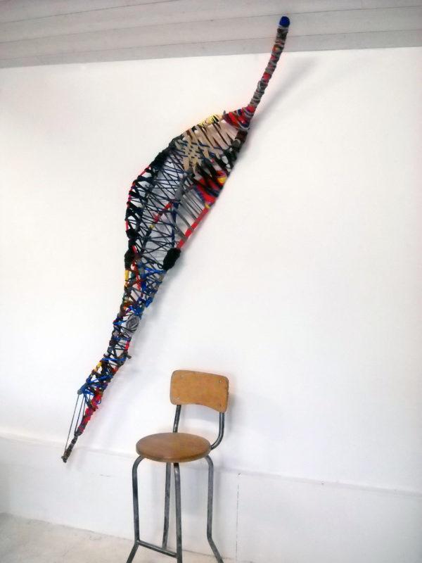 Marianne Cresson sculpture inspirée de la raquette du xare, jeu de balle, ranche de pommier, tissu, une sélection de la galerie d'art Virginie Baro