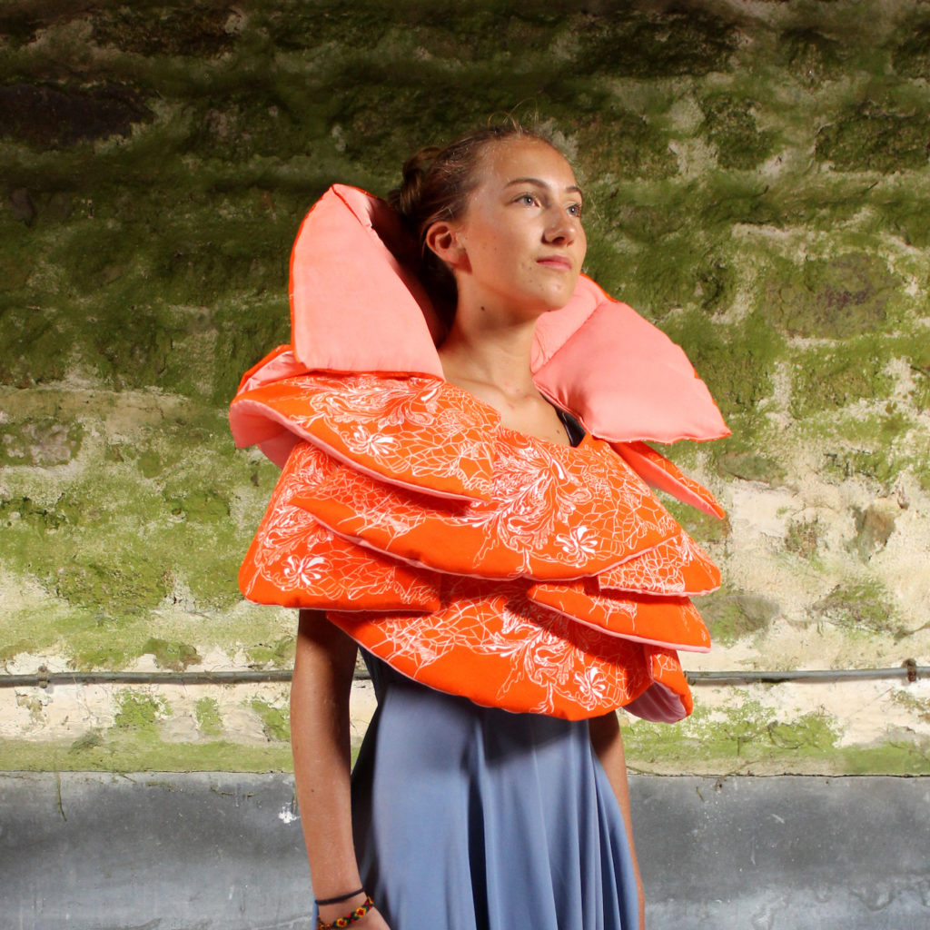 Marie-Noëlle Deverre, design col fraise, tissu, linogravure sur drap, ouatine, sélectionnée par la galerie d'art Virginie Baro