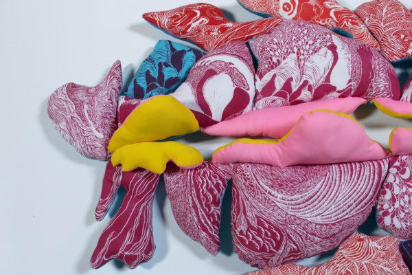 Marie-Noëlle Deverre, sculpture textile, tissu rose, tissu, linogravure sur drap, bourre, sélectionnée par la galerie d'art Virginie Baro