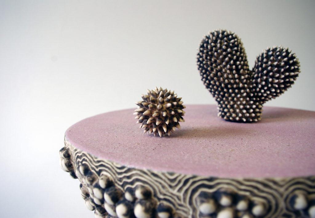 Éliane Monnin, sculpture céramique rose, sélectionnée par la galerie d'art Virginie Baro