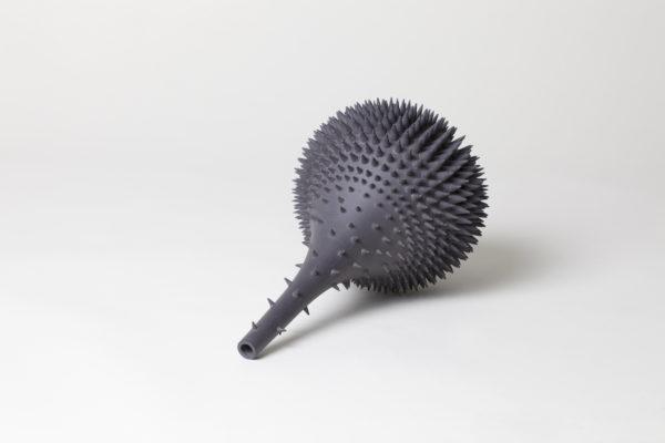 Nadège Mouyssinat sculpture céramique en porcelaine dure de Limoges et oxydes métalliques, moulage, façonnage et émail haute température.