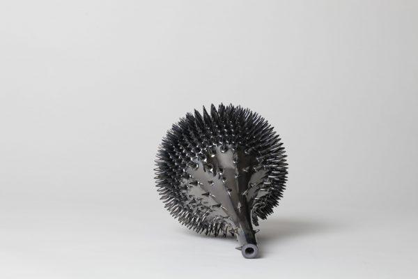 Nadège Mouyssinat sculpture céramique en porcelaine dure de Limoges et oxydes métalliques, émail, moulage, façonnage et émail haute température représentée par galerie d'art Virginie Baro