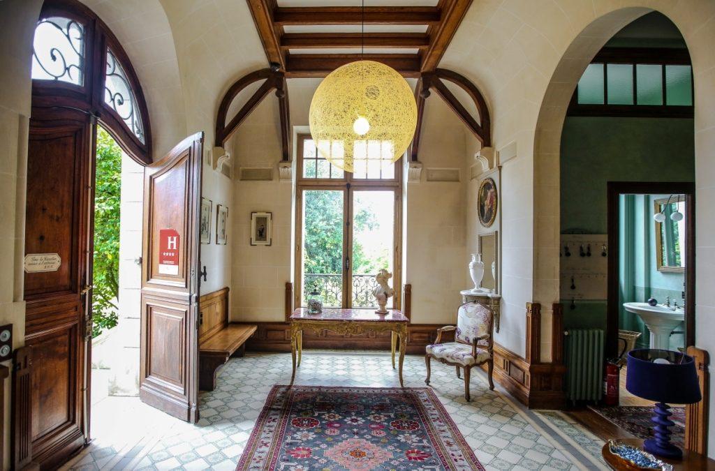 Le Château du Clair de Lune Datant du 19e siècle, le château se situe à 4 km du centre de Biarritz sur les hauteurs de la ville offrant un panorama à couper le souffle sur les montagnes. Les 20 chambres sont réparties entre le manoir et le pavillon de chasse au cœur d'un parc arboré de 8 hectares composés d'une roseraie, de magnolias et de rhodo- dendrons. Le château dégage une ambiance unique propre à ses hauteurs sous plafond, son parquet, ses boiseries et sa décoration du début du 20e siècle. À l'image du poète Alan Seeger, qui y a séjourné, vous ne pourrez qu'être conquis par ce lieu extraordinaire. Vendredi à lundi 14h - 20h, ouverture de l'ex- position au public, je vous accompagne dans la découverte des artistes et de leurs œuvres ainsi que pour une éventuelle acquisition. Vendredi 18h - 21h, vernissage de l'exposition, un moment privilégié puisque vous rencon- trerez les créateurs de cette édition afin qu'ils vous parlent de leur travail.