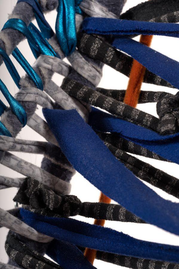 Sculpture textile branche de pommier enrubannée multicolore, œuvre à poser au sol ou suspendre au mur ou au plafond, galerie d'art en ligne Virginie Baro