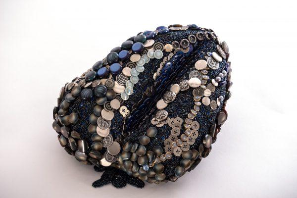 Marianne Cresson, sculpture de boutons, détournement des techniques de la tapisserie appliquées à la sculpture contemporaine, une sélection de la galerie d'art Virginie Baro