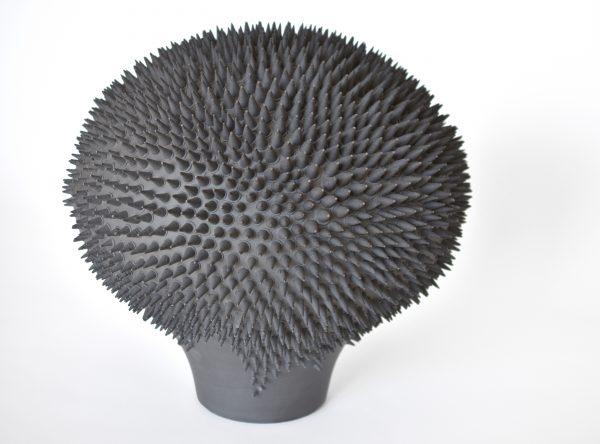 Sculpture en porcelaine de Limoges et oxydes métalliques, céramique réalisée par Nadège Mouyssinat, représentée par Virginie Baro