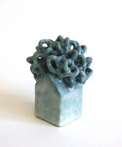 """Série """"Prendre racine"""", céramique contemporaine, faïence moulée, modelée, émaillée, Éliane Monnin, représentée par la galerie Virginie Baro"""