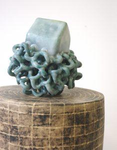 """Série """"Prendre racine"""", céramique contemporaine, faïence moulée, modelée, émaillée, engobée, cirée Éliane Monnin, représentée par la galerie Virginie Baro"""