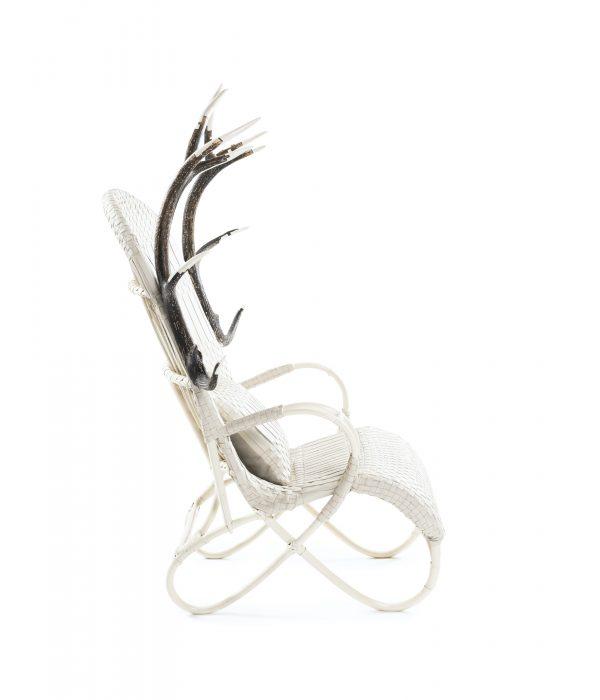 Fauteuil en rotin, cornes de cerf sculptées par l'artiste. laque ivoire, tissage original en cuir, galerie Virginie Baro