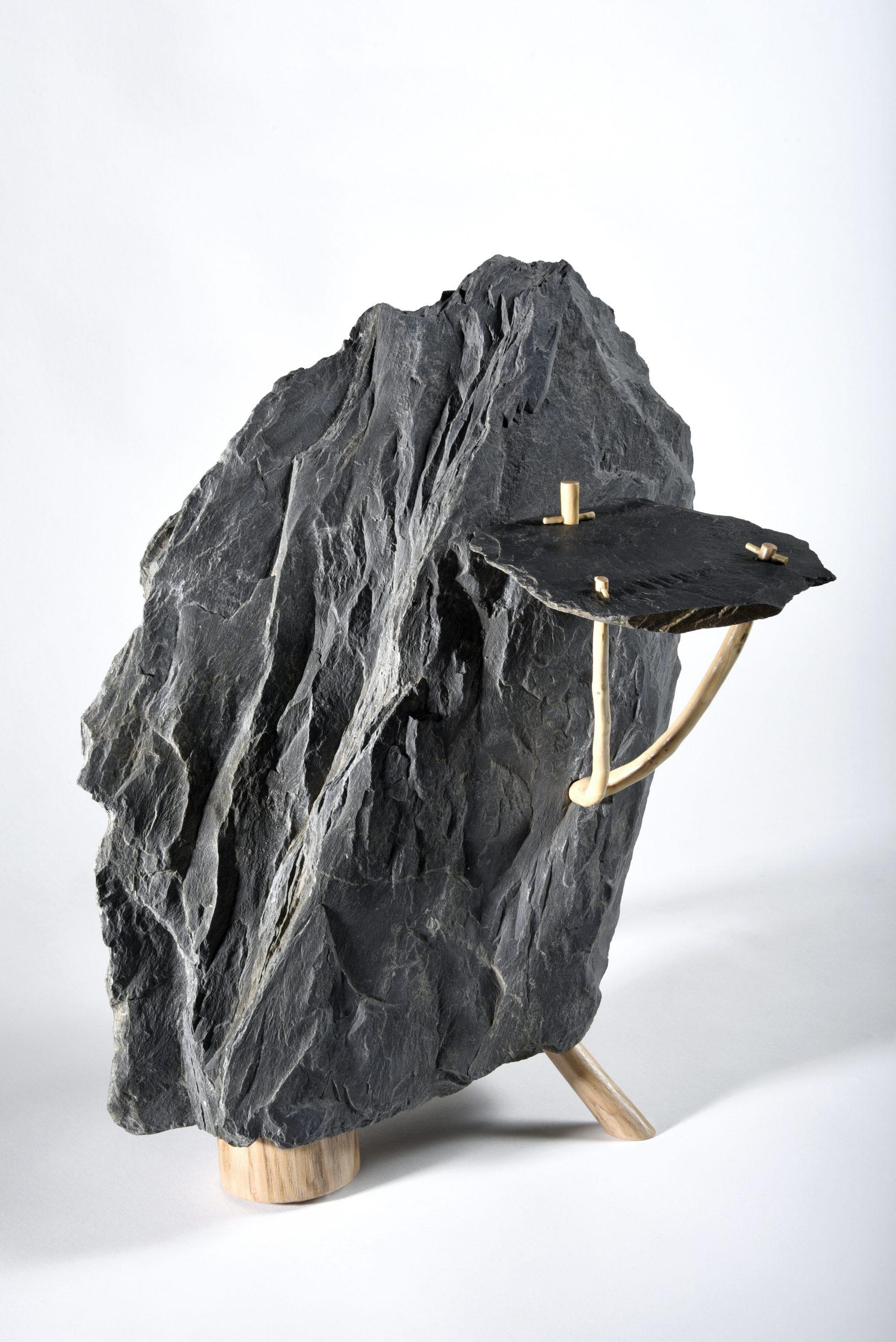 Grégoire Lavigne, sculpture assemblage bois et roche représenté par galerie d'art Virginie Baro