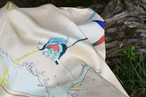 Foulard à soie en édition limlitée à 12 exemplaires, motifs sur le thème des gestes réalisés au jardin, Marie Labat représentée par Virginie Baro